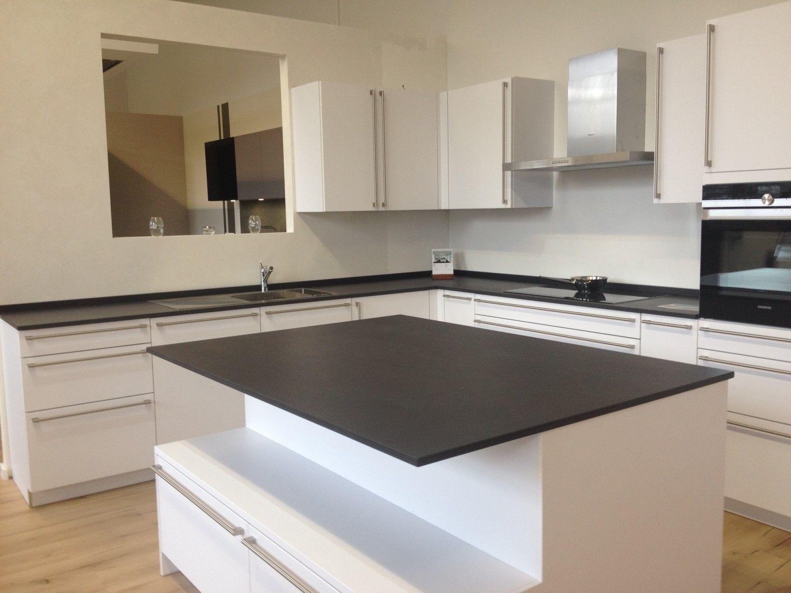 Cuisine ultra blanche et moderne plan de travail noir en dekton sirius h design luxembourg for Plan de travail cuisine noir