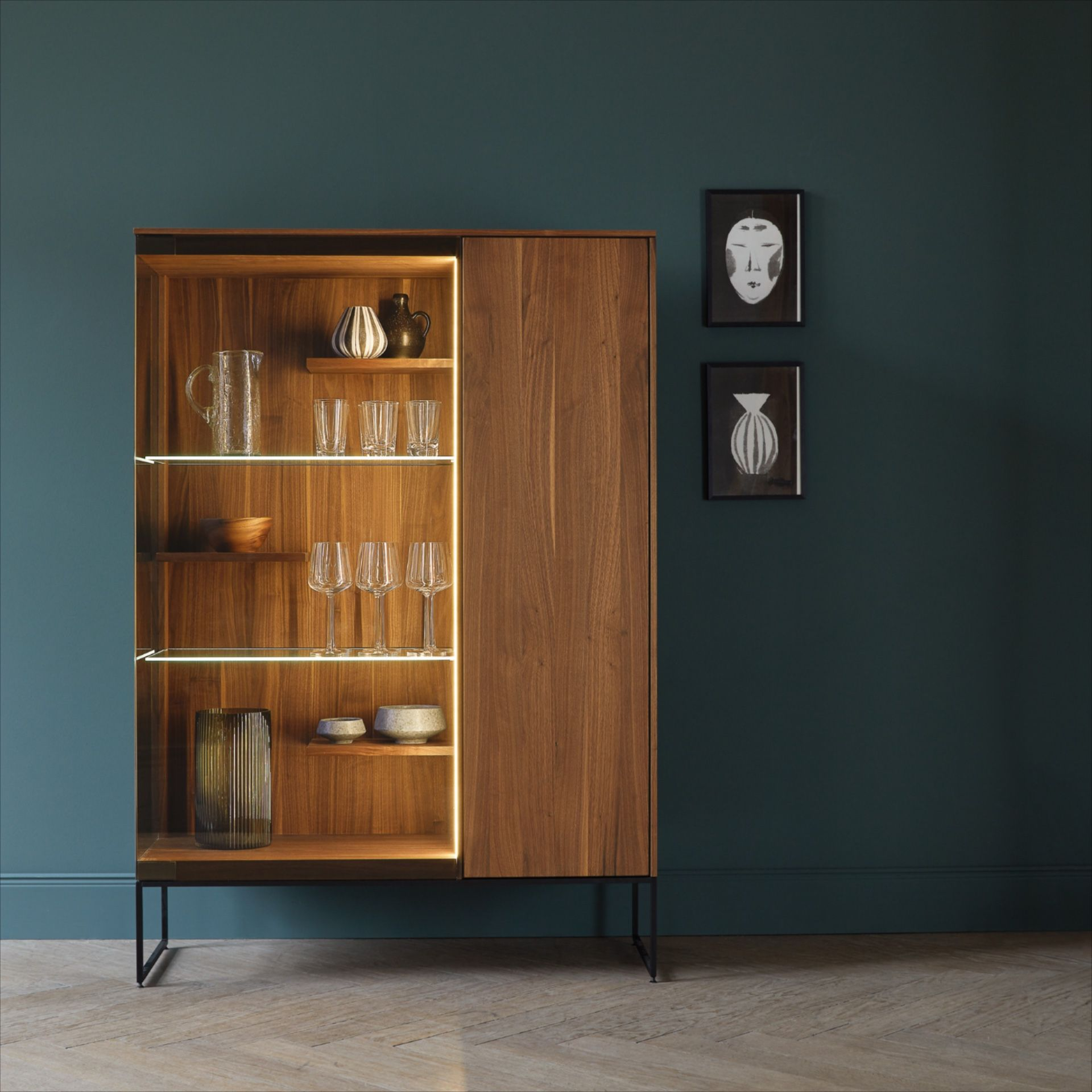 The Filigno Glass Cabinet By Team 7 Offers A Combination Of Open An Closed Storage In Various Solid Wood Finishes The Illuminated Led Glas Wohnen Holz Schrank