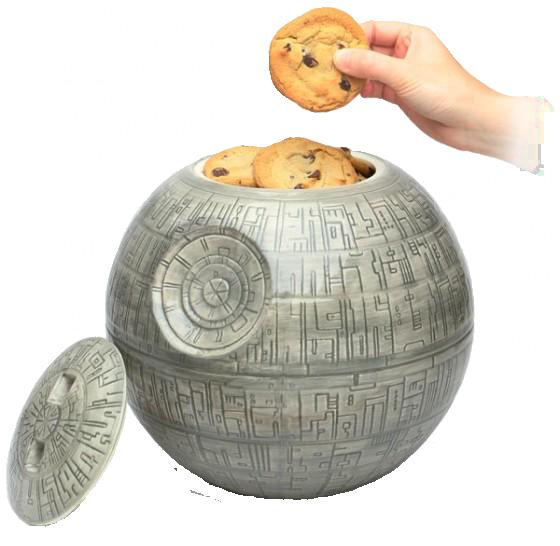 """Hace mucho tiempo en una galaxia muy, muy lejana se hacían los botes de las galletas mejor, estoy seguro. Si aún no estáis de acuerdo, es que no habéis visto este bote de galletas con forma de """"Estrella de la Muerte"""", el arma más mortal de la saga """"Star Wars"""". El bote está fabricado en cerámica, lo que hace que quizás su precio sea un poco alto, unos 38€."""