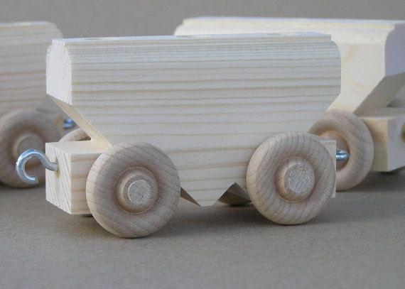 #5217 Auto grano de madera natural. Un coche de grano con una carga completa. 3 pulgadas de largo, 2 1/8 pulgadas de alto. El coche del grano está