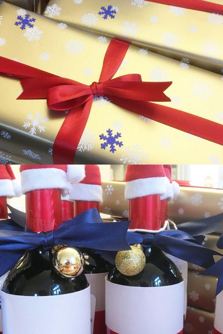 Weihnachtsgeschenke für eine Firmenweihnachtsfeier. Weinflaschen und ...