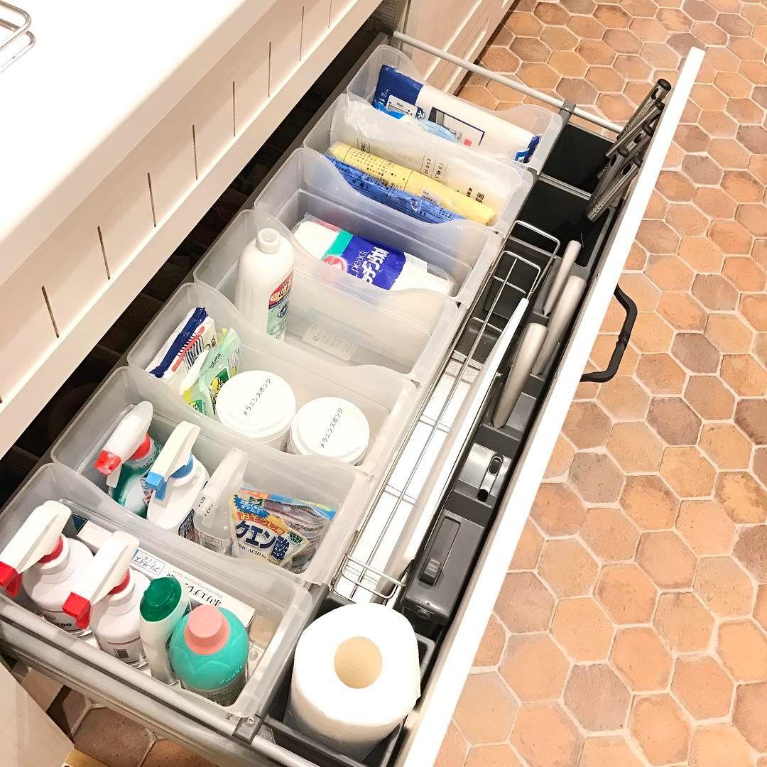 キッチンのシンク下収納は 鍋や調味料など収納するものが多いのに うまく収まらなくてゴチャゴチャしがちですよね ちょっとした工夫やコツでシンク下がスッキリ整理できるなら ぜひ真似してみたい そこで 今回の Kufura収納調査隊 は 収納上手な達 シンク