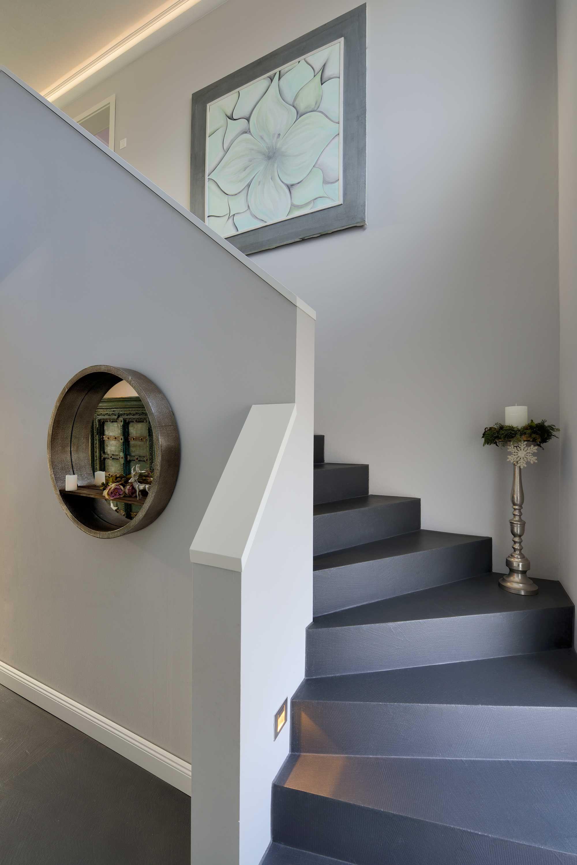 Aufgesattelte Wangentreppe 1 X 1 4 Gewendelt Haus Turselino Fertighaus Weiss Stadtvilla In 2019 Haus Treppe Haus Und Streif Haus