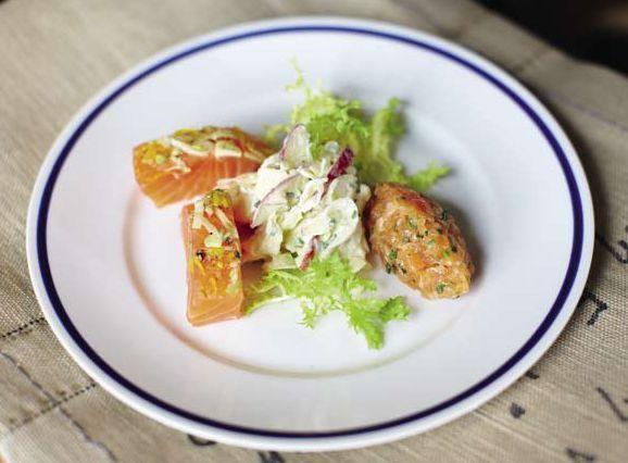 Gebeizte Lachstranchen und -tartar mit Aquavit, dazu ein fruchtig-frischer Salat aus feinen Fenchel- und Apfelstreifen