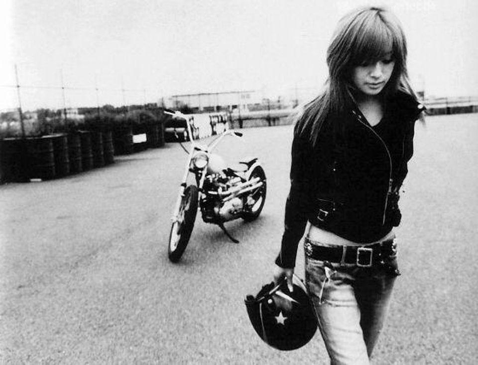 Elegant simple bike. Fun, but simple biker attire. | Motorbikin ...
