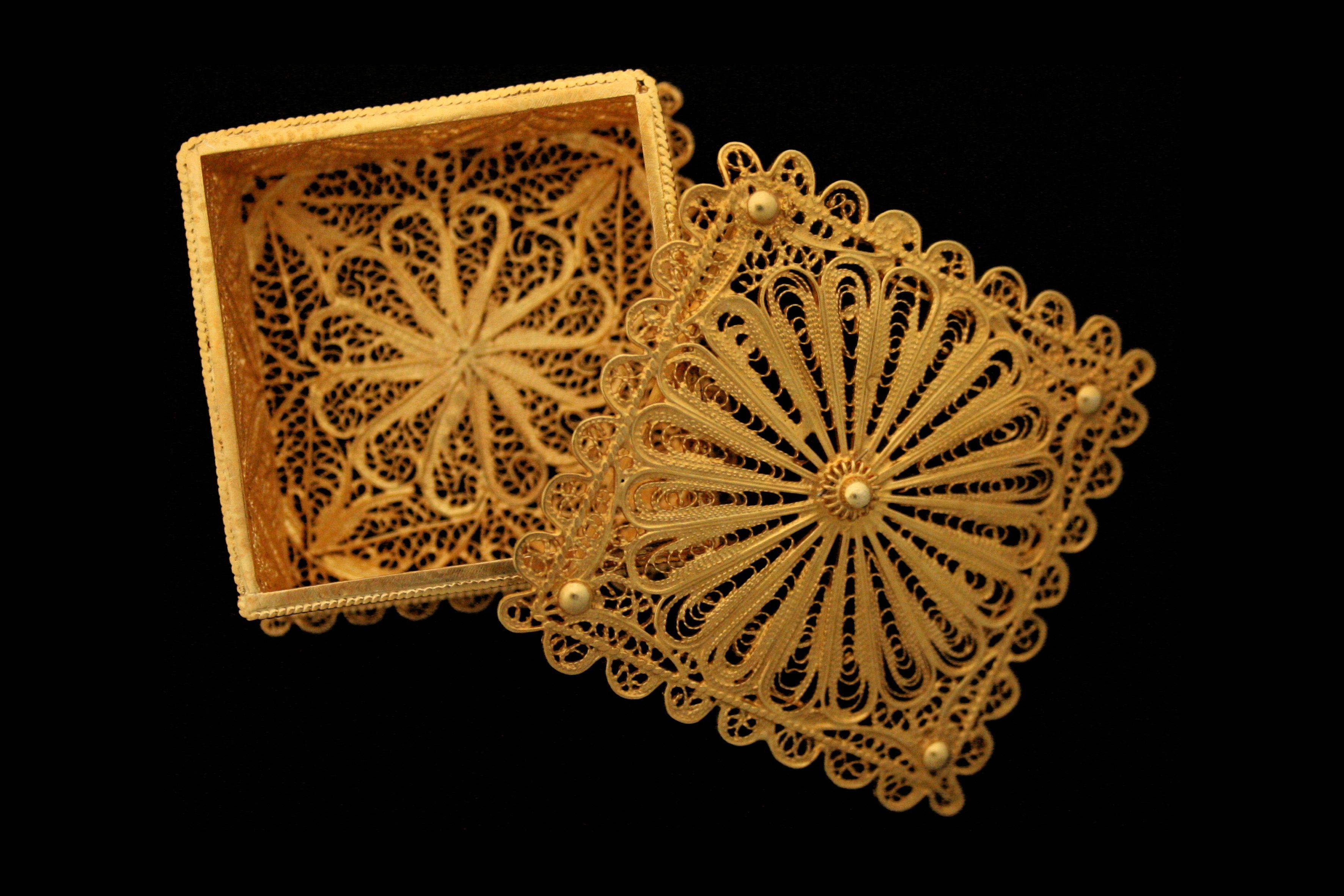 Caixa em filigrana - Livro Ourar e Trajar - http://www.museudaourivesaria.com