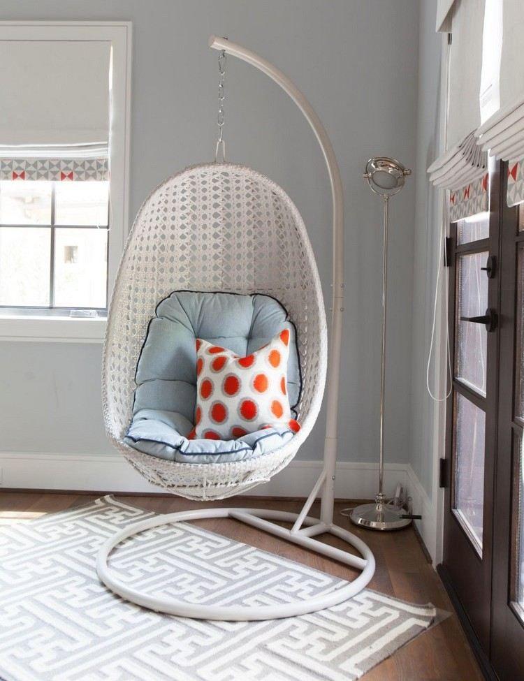 h ngesessel aus kunstgeflecht in wei mit blauem sitzkissen home in 2019 pinterest. Black Bedroom Furniture Sets. Home Design Ideas