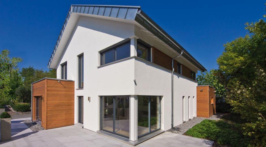 Moderne Satteldachhäuser bodentiefe fenster im wohnzimmer mit blick richtung garten haus