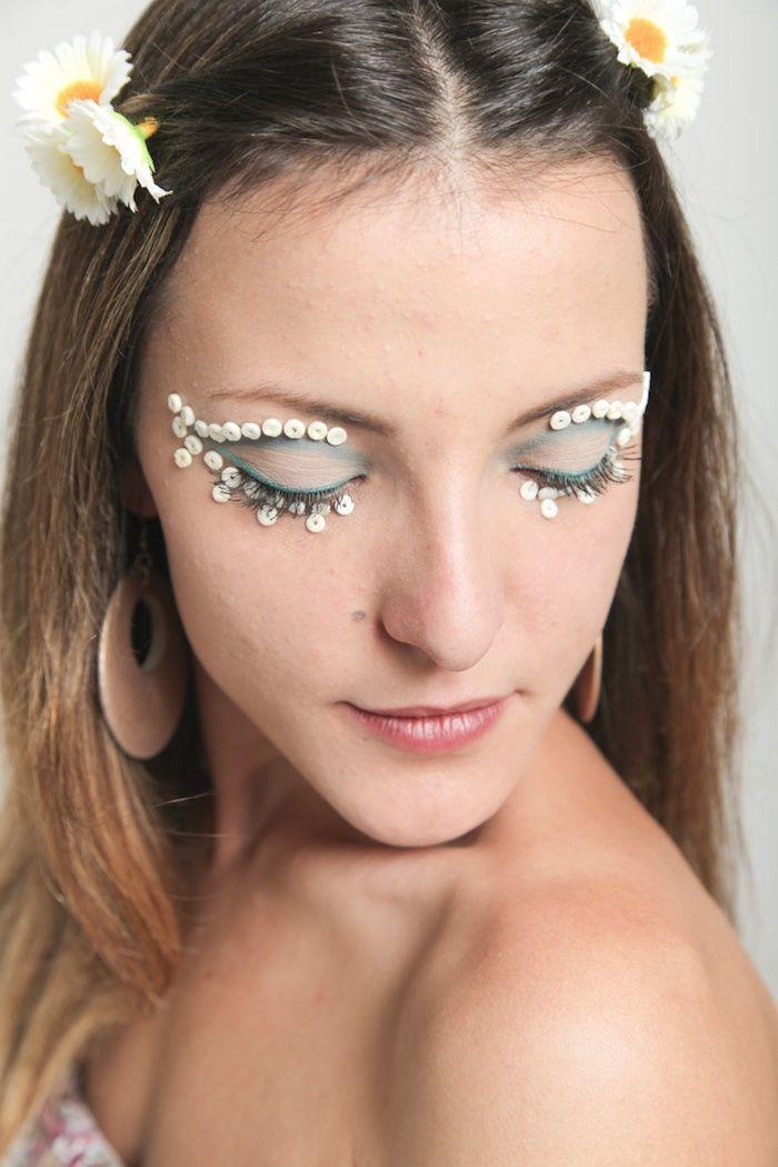 deguisement femme hippie, idée coiffure festival, maquillage carnaval, lèvres rose, boucles d'oreilles rose pastel