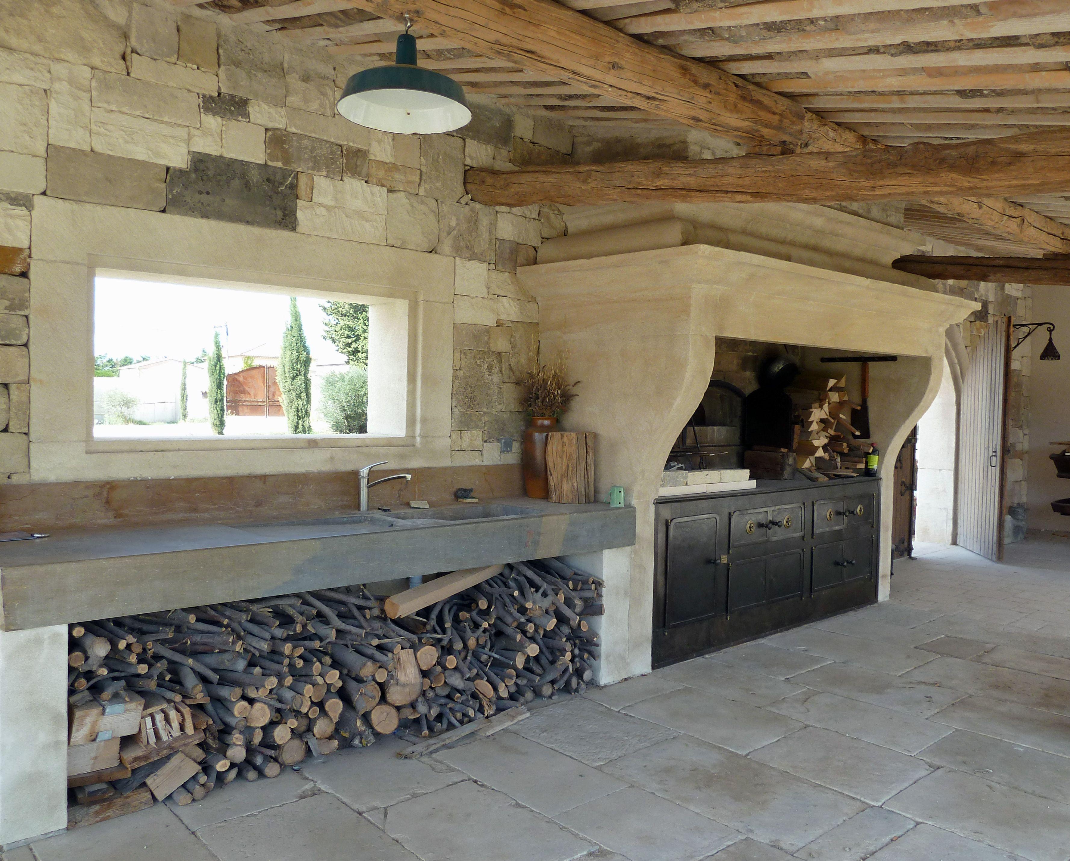 Cette cuisine d'été installée dans un mas provençal de la