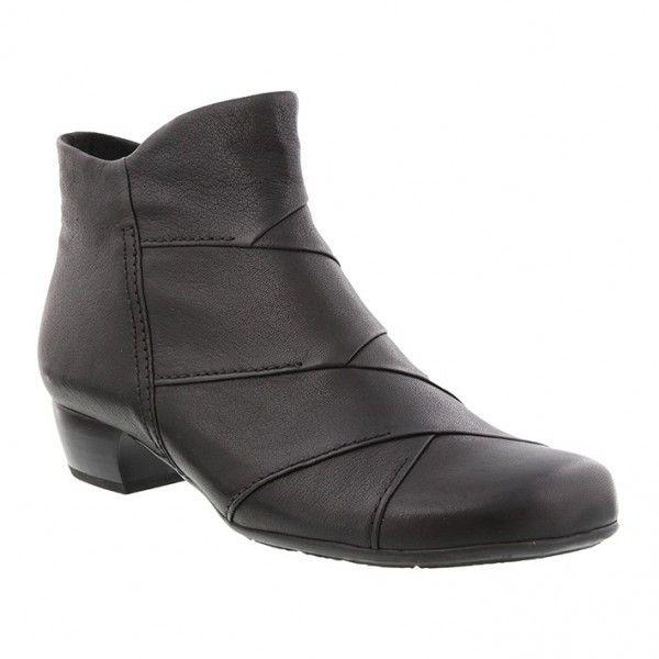Smart kort støvle med folder i sort oil skind og bred hæl på 3 cm. Microfiber foer og udtagelig indersål samt rund tå. Vidde G. Skaftlængde 11 cm