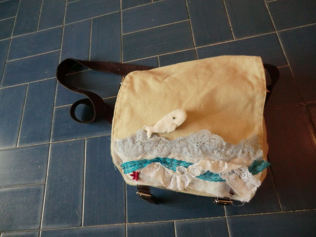 Stylebunny >> Nautical decoration of a bag >> scraps of fabric and lace, with whale brooch accent