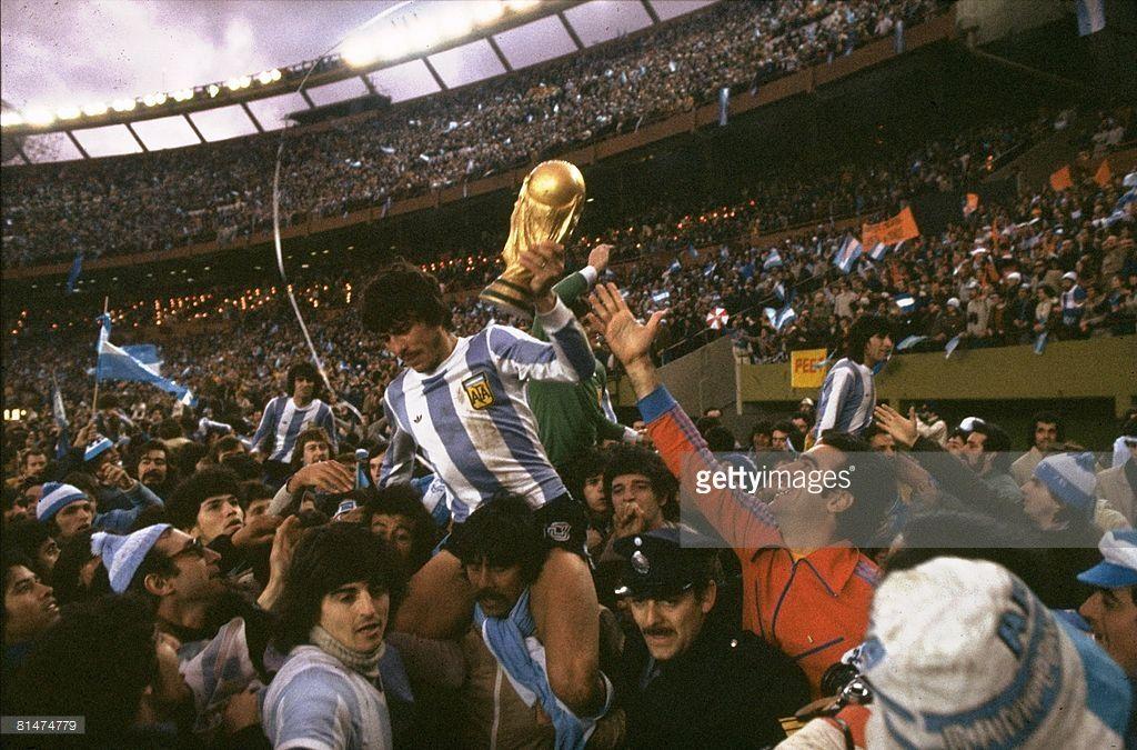 Mario Kempes of Argentina in action | Argentina, Argentina ...