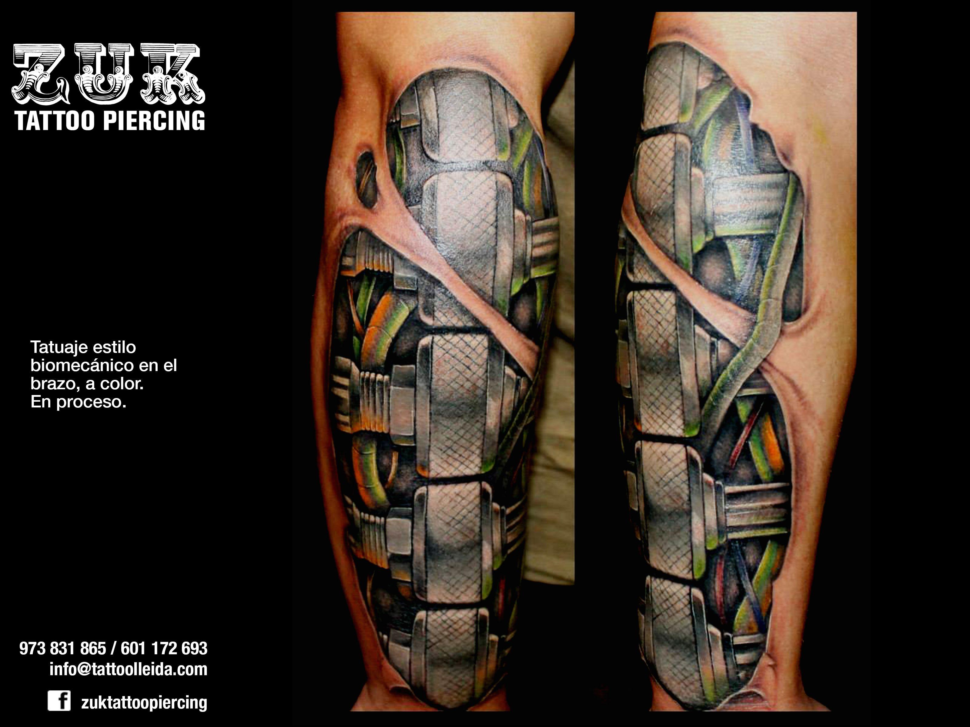 Tatuaje estilo biomecánico en el brazo, a color. En proceso.