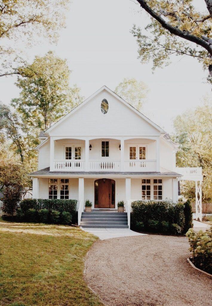Photo of Drømmehus. Moderne våningshus. Hvitt hus med veranda, tre dør over, #Farmhouse …