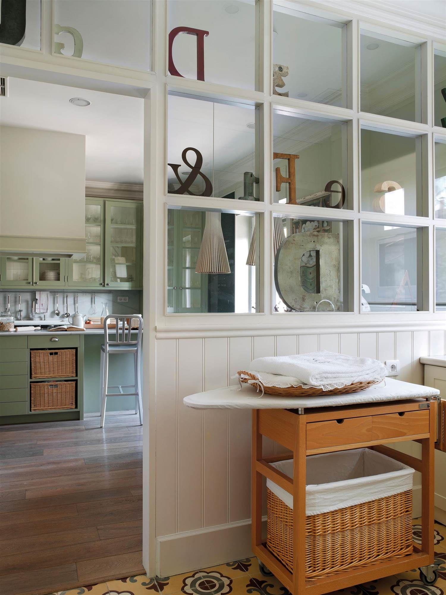 Tras un tabique acristalado planchadores y zonas de for Cocina separada por un techo de vidrio