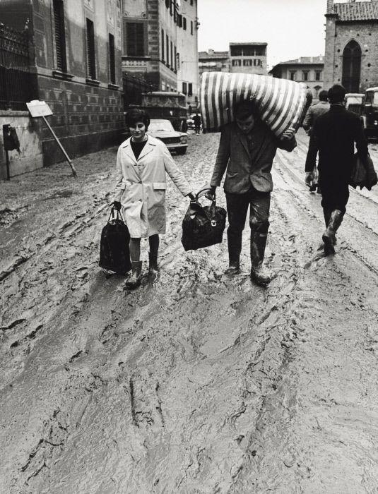 Some Italian people putting their objects to safety after the flood. Florence, November 1966 MONDADORI PORTFOLIO/Giorgio Lotti