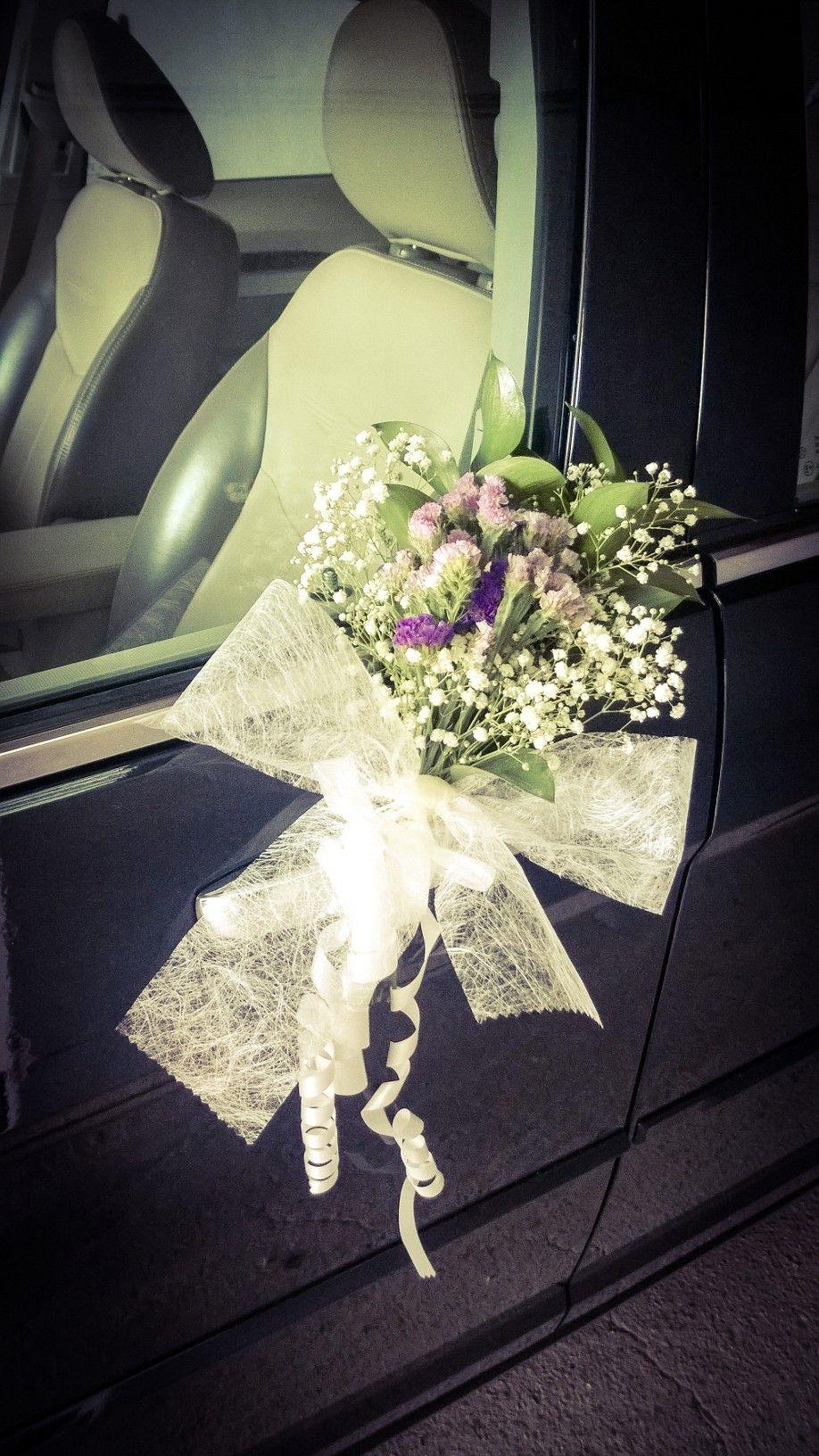 Wedding car decorations just married  Decoración puerta del coche de novios detalle floral con ruscus
