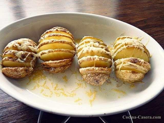 La mejor receta de Patatas asadas con queso emmendal. Un plato sencillo pero exquisito al alcance de cualquiera. Descubre la receta!