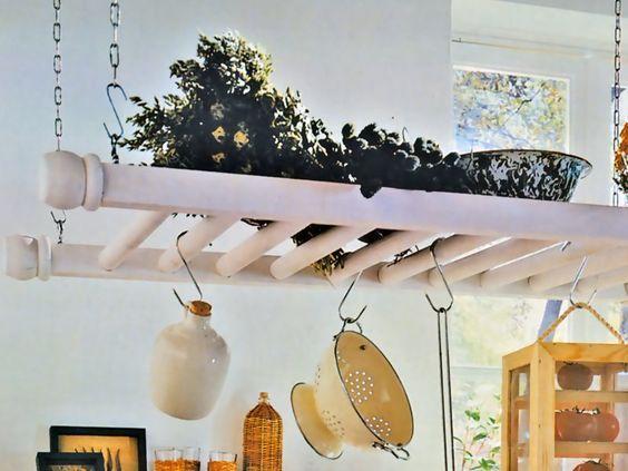 Una mensola che fa bella mostra di sé nella cucina country. La ...