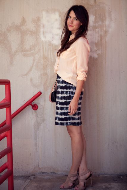 #Blusa color durazno, #falda con diseño batik en blanco y negro y #zapatos pardos. Combinación de @Kendi Everyday.