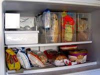 Ideia para manter o congelador organizado usando caixas transparentes para guardar os alimentos.