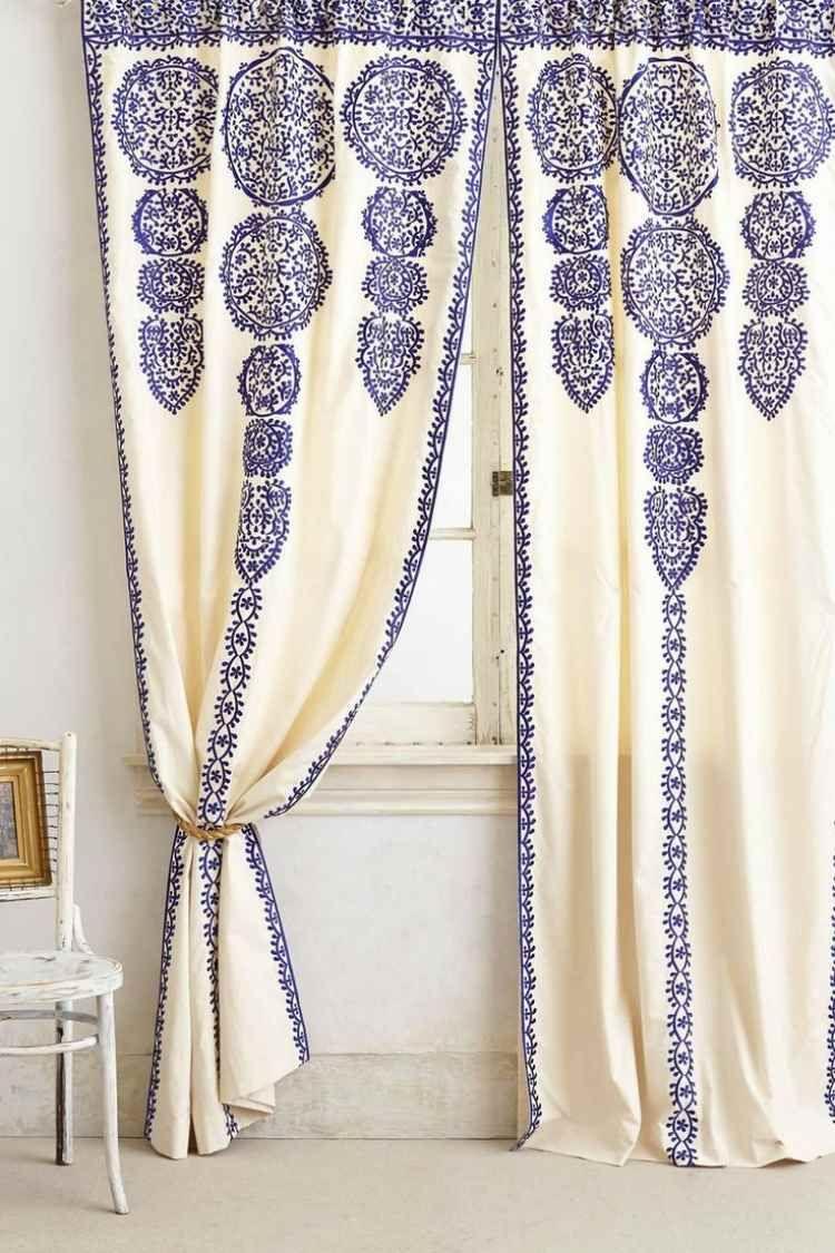 weiße Wandfarbe und Boden, Vorhänge in Weiß mit blauen Ornamenten ...