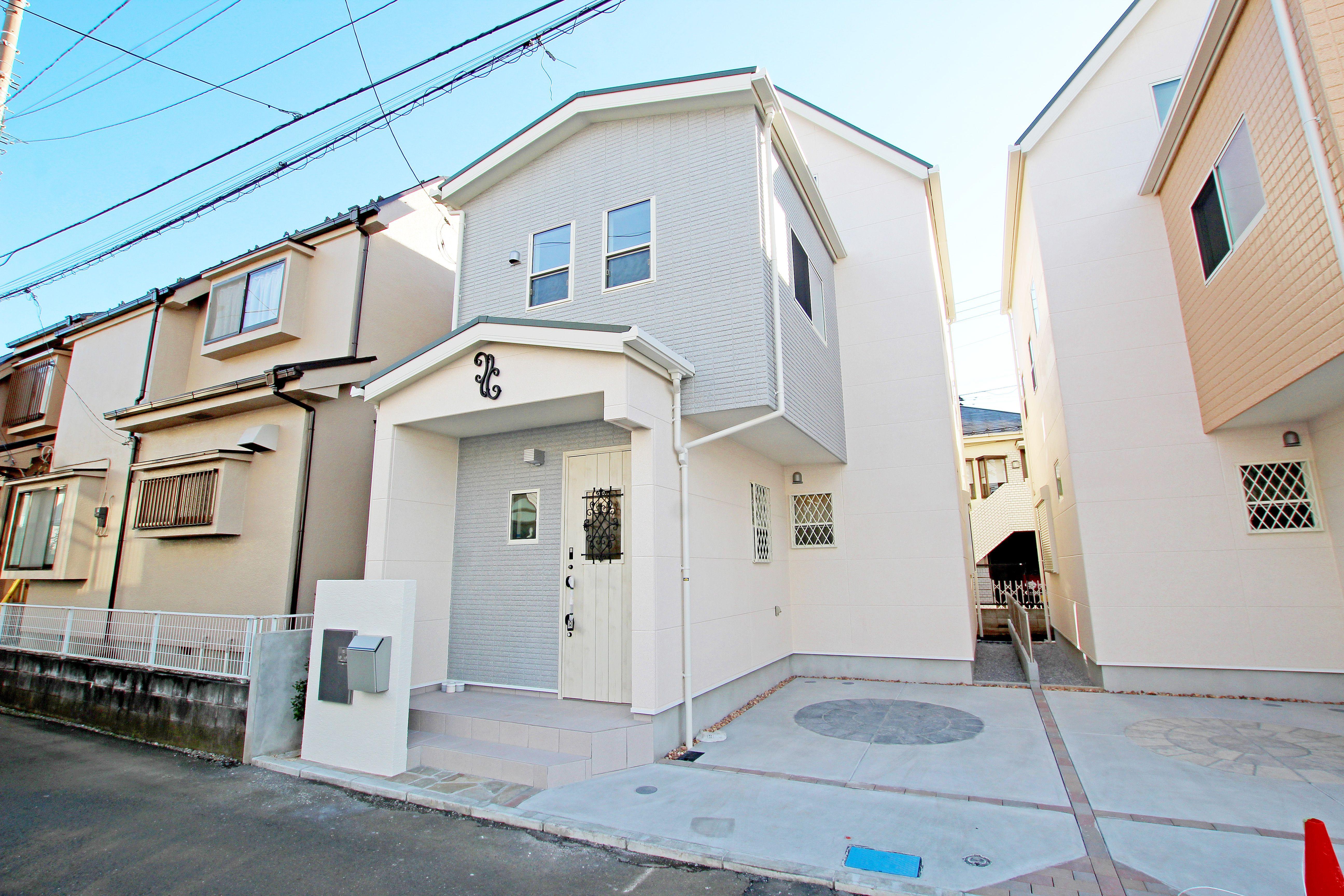 木調の玄関ドアと妻飾りがかわいい新築分譲住宅 新築分譲住宅 戸建