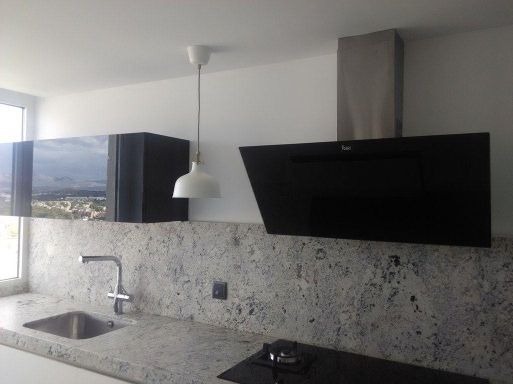Cocina blanca con granito gris cce muebles de cocina for Cocinas con granito gris