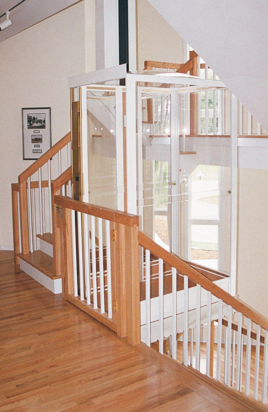 Cabina 500 sin hueco y en medio de las escaleras. Paneles de ...