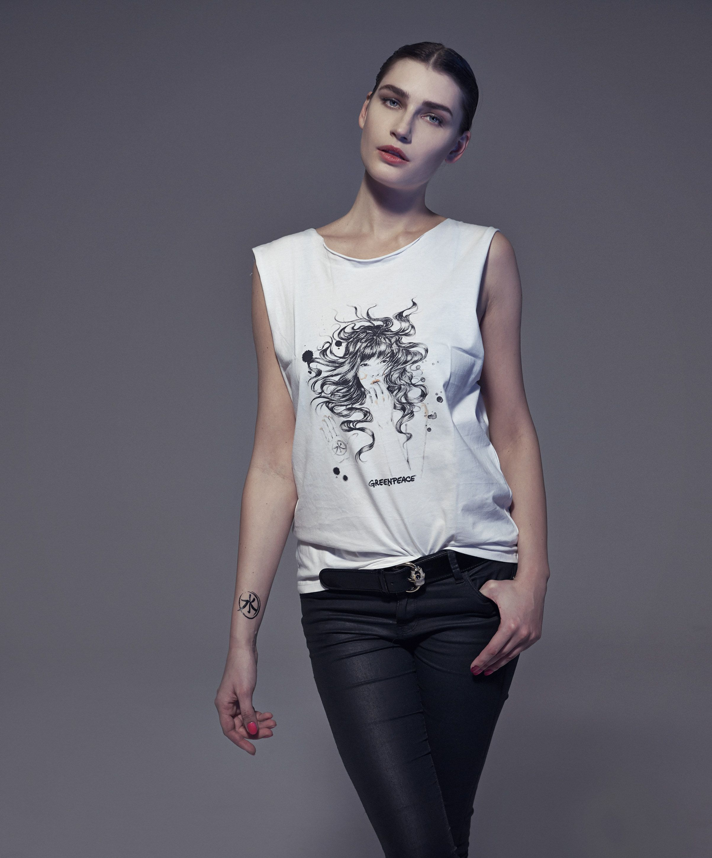 Eugenia Volodina sostiene la campagna Detox di Greenpeace. Paul Mccartney,  Detox, Naked