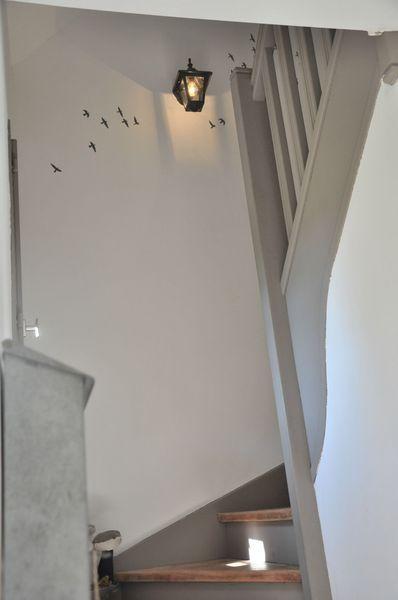 escalier peint blanc et gris Source  page blanche n°11 escalier