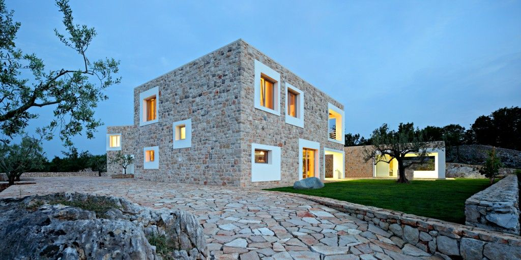 In the small town of Bijaca, western part of Bosnia and Herzegovina, the  Croatian architectural firm DVA Arhitekta built a modern stone house.