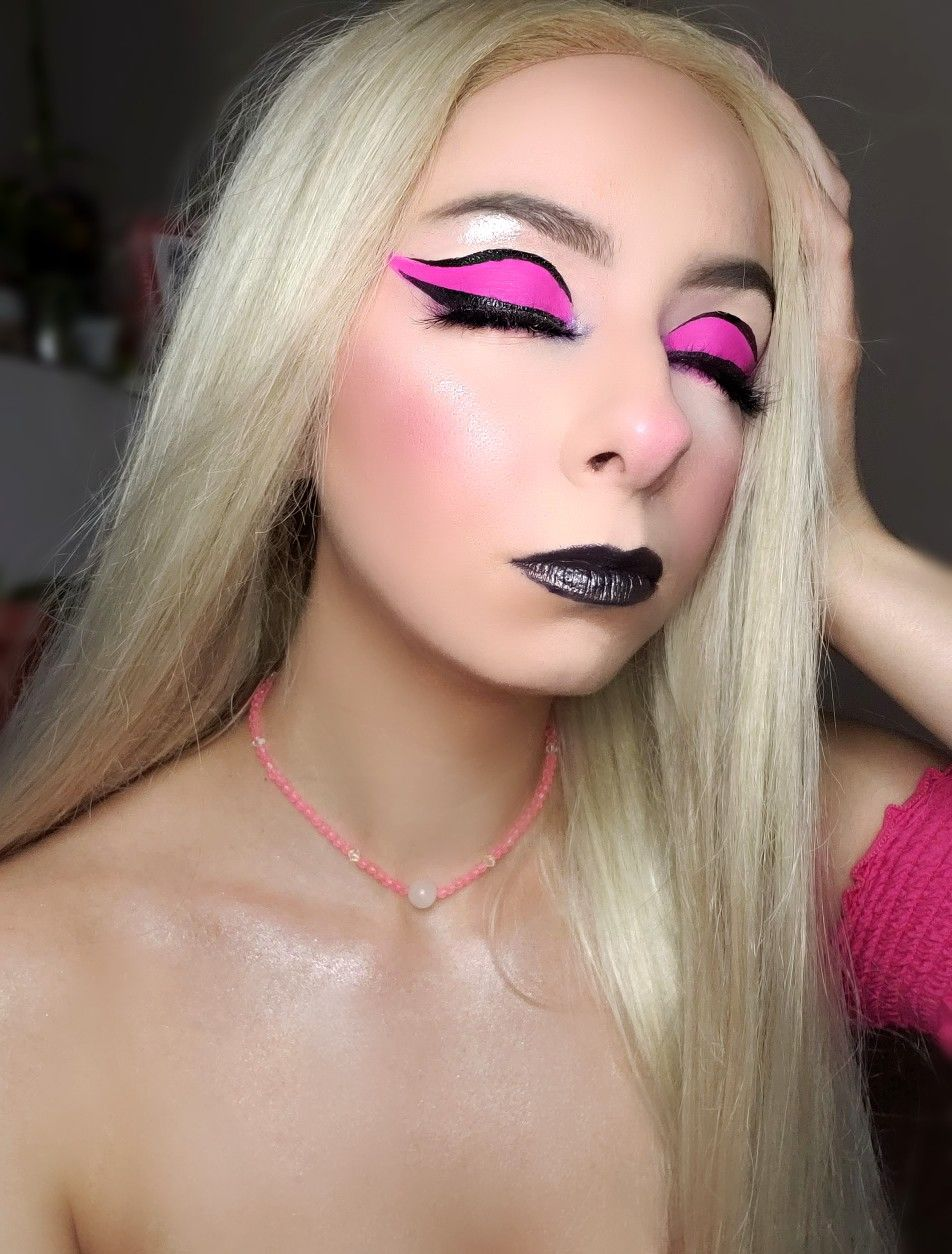 Some pink boldness💖🖤 in 2020 Makeup, Makeup revolution
