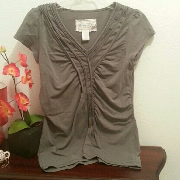 """SALEaventura organic cotton top Lovely, soft, & comfortable gray v neck top. Organic cotton """"aventura helpng the earth..one garment at a time"""".  93% organic cotton & 7% spandex. Made in Mauritius. aventura Tops"""