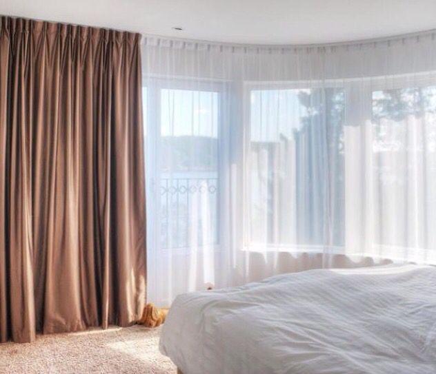 Bedroom Closet Design Ideas Newlywed Bedroom Decor Cosy Bedroom Colours Bedroom Ceiling Curtains: Dubbla Skenor Monterade Parallellt Med Mörkläggning Och