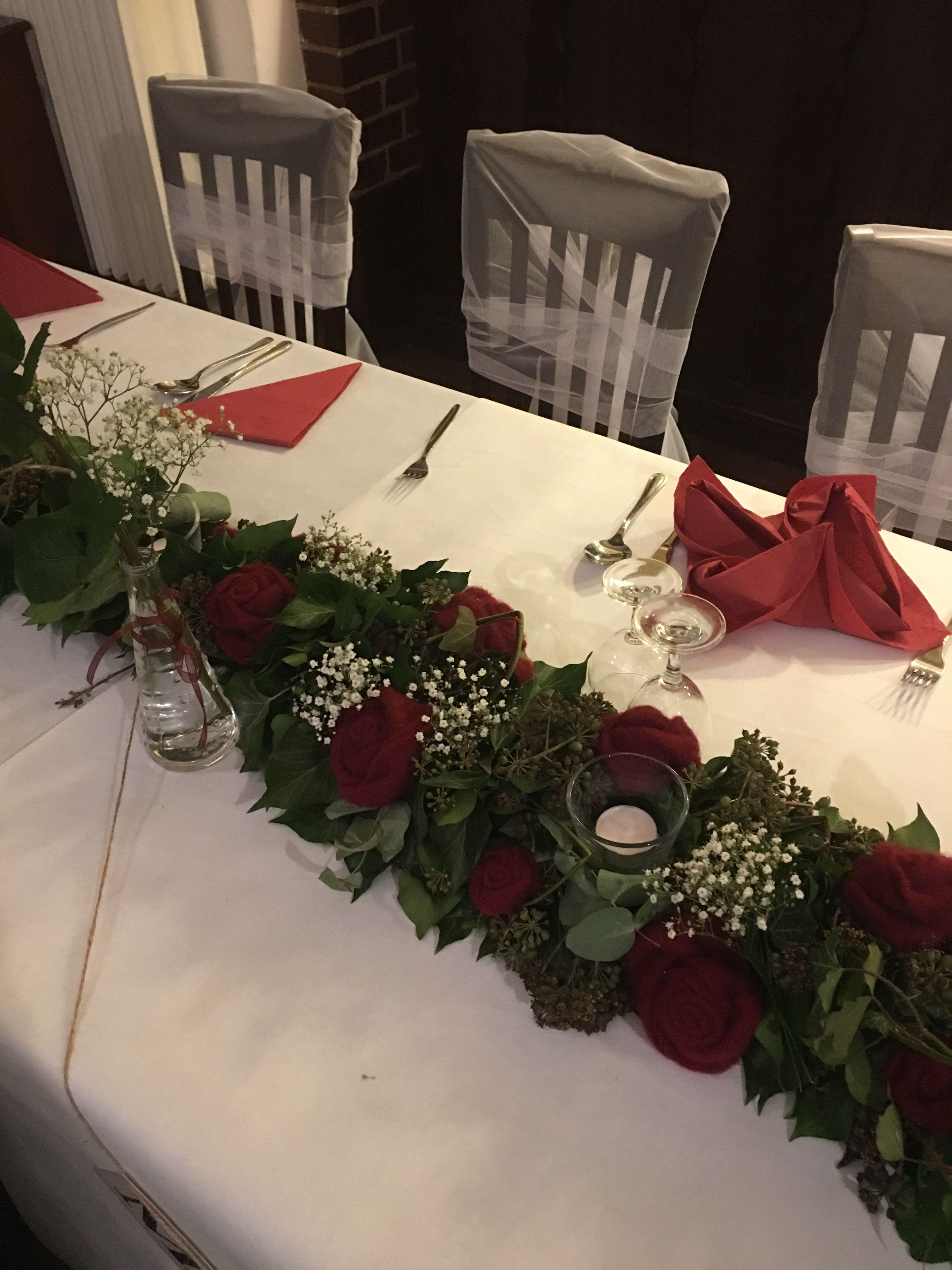 Tischgirlande Zur Hochzeit Aus Efeu Und Eukalyptus Beim Brautpaar