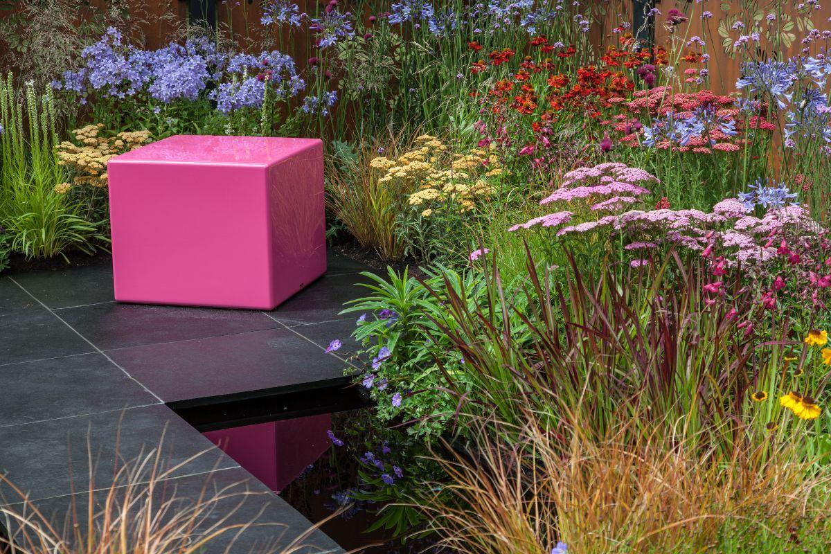 Wie Gartenbanke Ihnen Helfen Konnen Das Beste Aus Ihrer Landschaft Herauszuholen Haus Styling Garten Landschaft Pflanzen