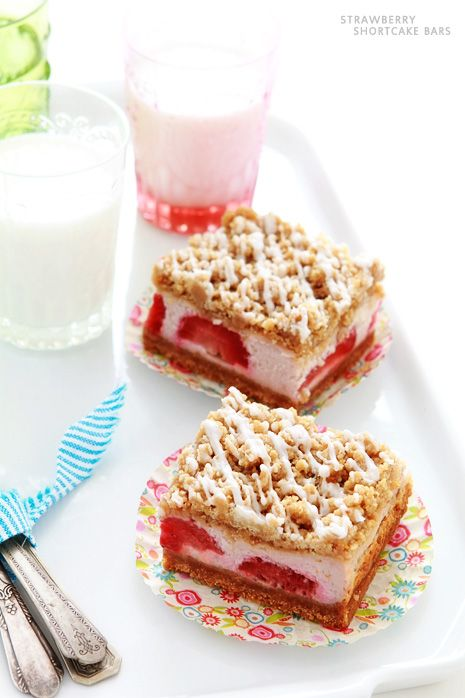 i dont really like strawberry cake, but this one makes me drool :p~    Strawberry Shortcake Bars - Bakers Royale