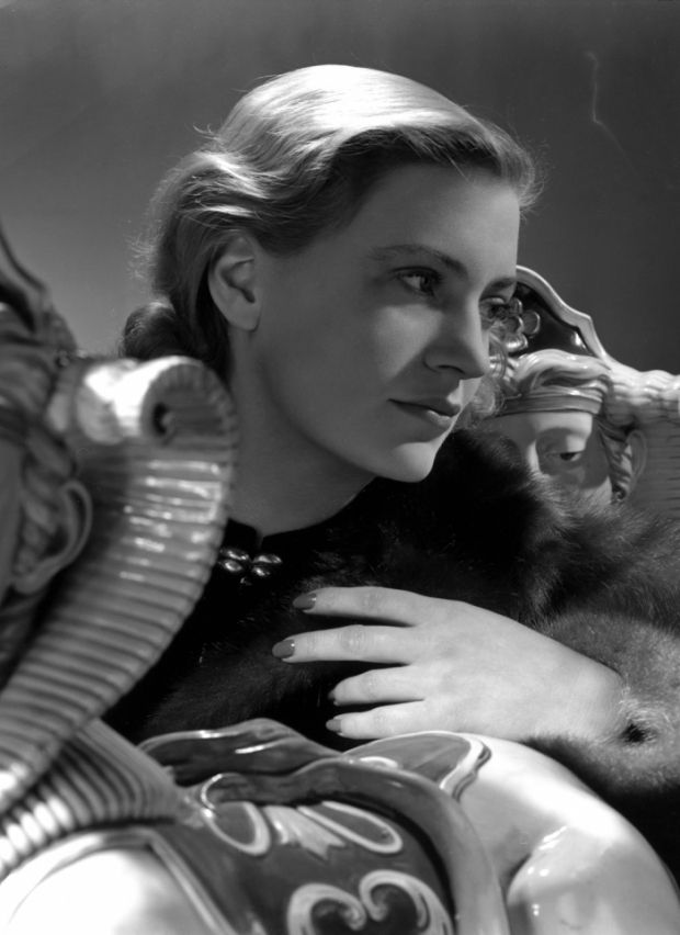 Lee Miller Self Portrait with porcelain sphinxes, Vogue studio - qualit t sch ller k chen