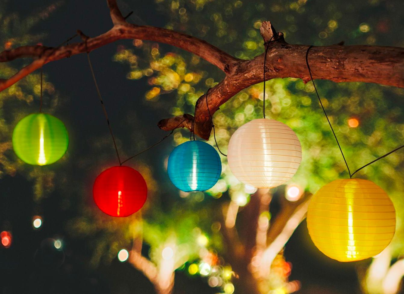 Die Funf Bunten Lampions Bringen Eine Gemutliche Beleuchtung Auf Deinen Balkon Oder Deine Terrasse Als Solarleuchte Funktion Solarleuchten Lampions Dekorieren