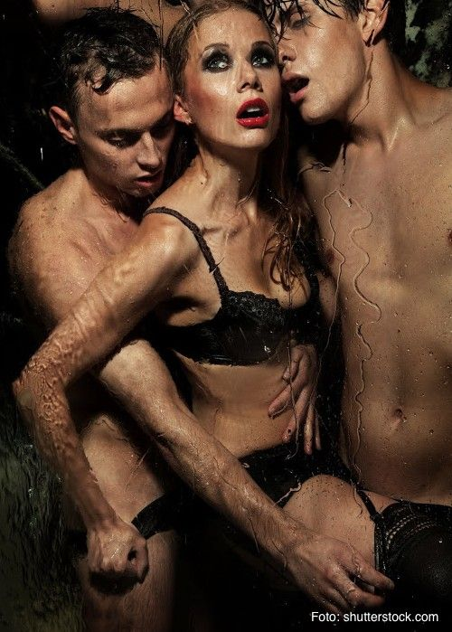 Ein Dreier. Zwei Männer eine Frau. Davon träumt sie schon so lange. Das war immer ihre geheime Sex-Fantasie. Als sie ihren Freund kennen lernt, bleibt es zunächst beim Traum vom Sex mit zwei Männern. Bis ihr Freund ihr eines Abends einen Vorschlag macht... Mehr dazu findest Du hier: http://giadas.de/de/blog/2013/04/top-5-weibliche-sex-fantasien-platz-5-ein-flotter-dreier/