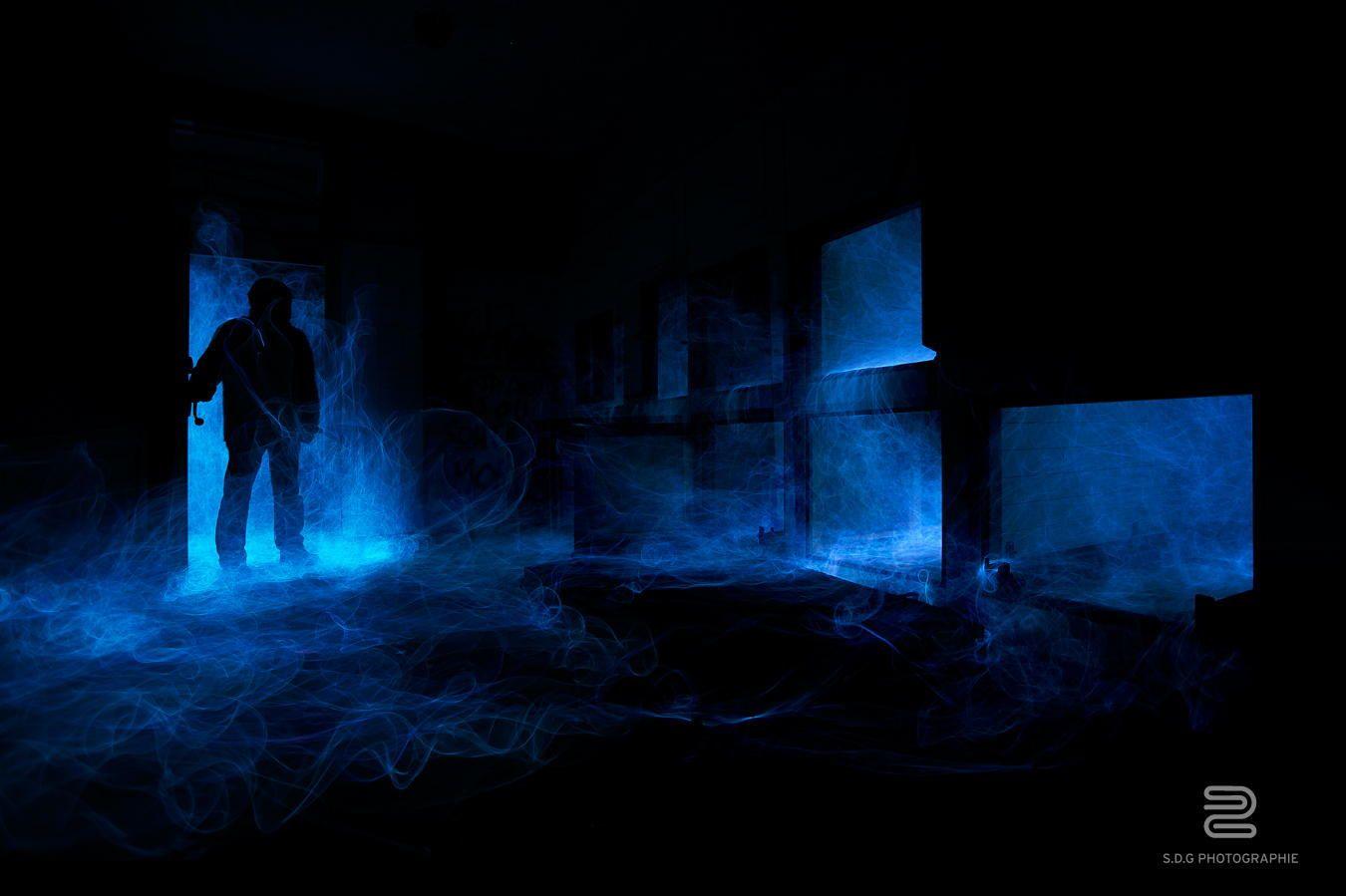 """Vous faites quoi vous le samedi soir? Moi ce week end c'était exploration urbaine et test de lightpainting dans un ancien sanatorium abandonné. Cette photo a été réalisé dans les sous sol du bâtiment, dans une ancienne morgue plus précisément.   Le rendu de cette """"fumée bleue"""" m'a donné une impression de vague de froid qui entre dans la pièce au niveau de la silhouette, quand a la fumée des anciens tiroirs, on a comme l'impression d'esprits qui cherche a s'échapper."""