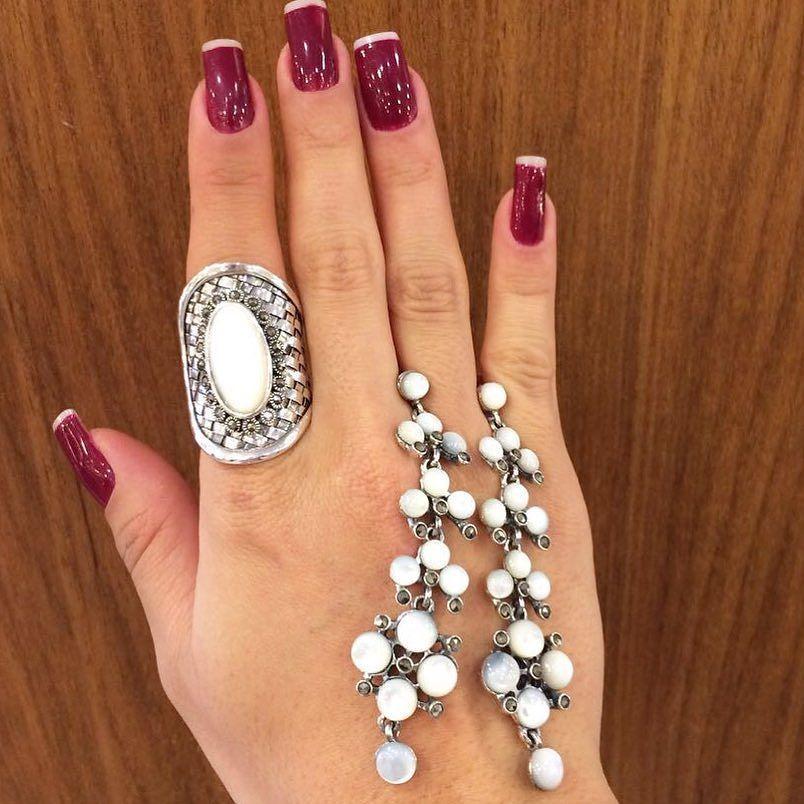 Falando sobre o presente perfeito para o dia dos namorados! Conjunto lindo em prata marcassita e madrepérola!  #valentineday#tachegando#semijoias#comgarantia by fashioninformal