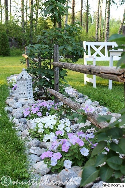 piha,puutarha,istutus,kukkapenkki,kivet,kesäkukat