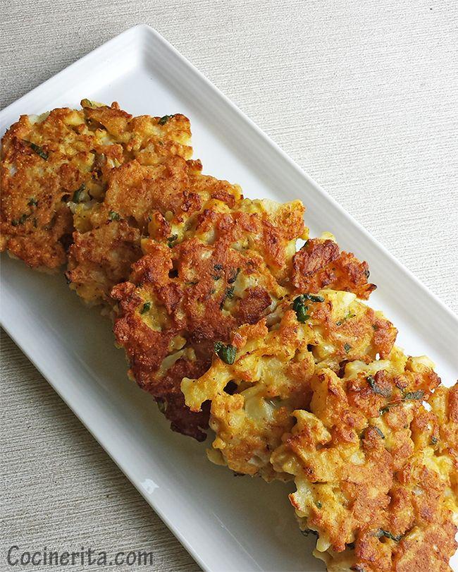 Cauliflower Fritters  Receta - Hace 10 Fritters (tiempo de cocción: 25-35 minutos)  Ingredientes: 1 cabeza de tamaño medio (alrededor de 450 gr) 1/3 taza de harina de AP 2 huevos grandes 2 Dientes de ajo finamente picados 4 cucharadas de harina de maíz 1/2 cucharadita de chile en polvo 1 1/2 cucharadita de sal 5 cucharadas de levadura nutricional Cilantro fresco, picado (2 cucharadas) Pimienta negra fresca