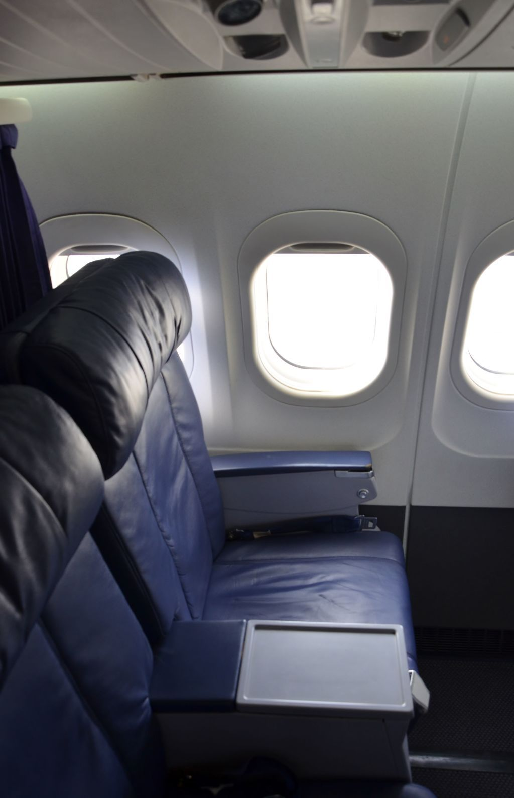 Hawaiian Airlines Boeing 717 200 First Class Cabin 2 2 Seats Photos Hawaiian Airlines Airplane Interior Airlines