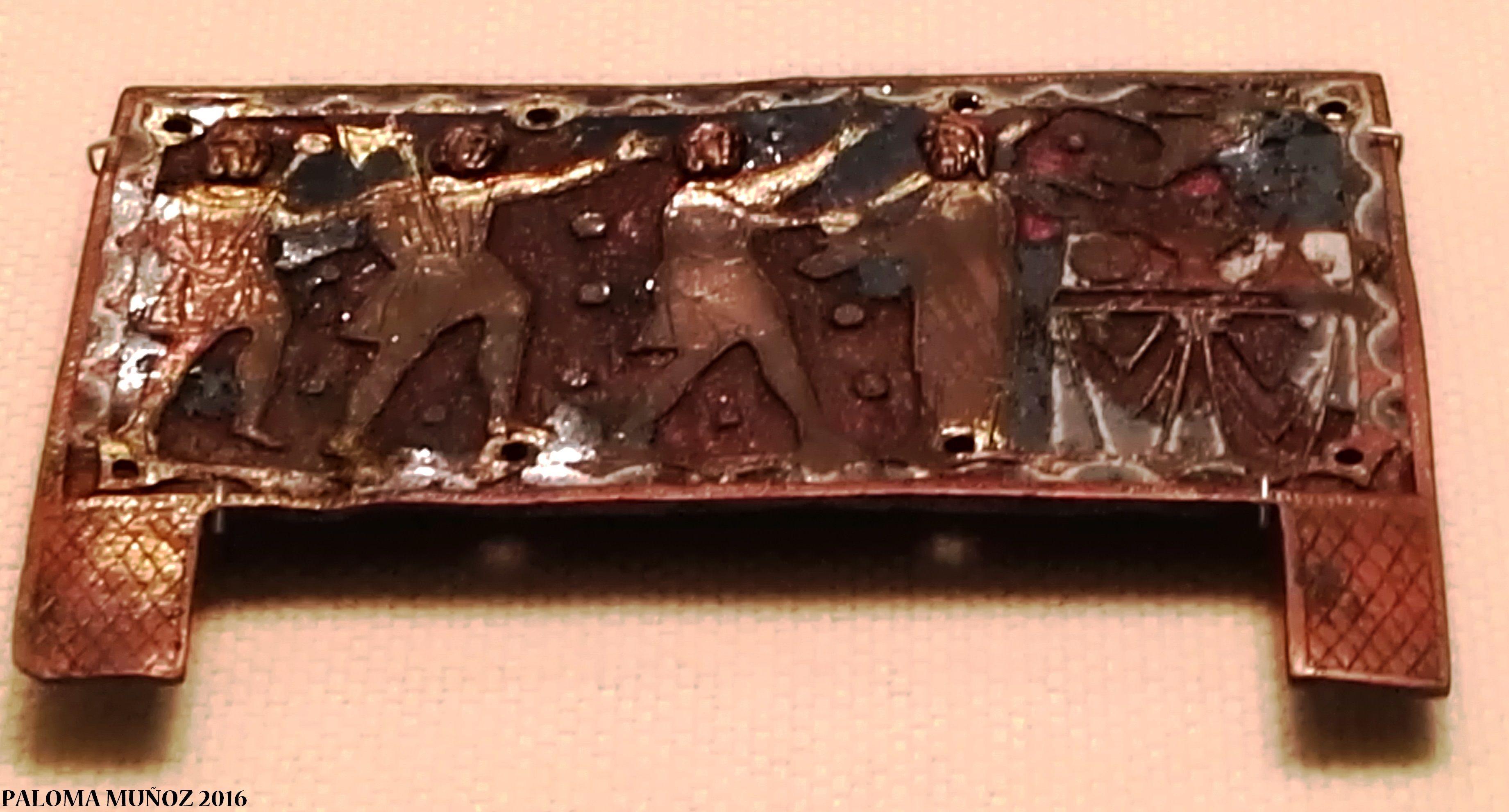 Relicario tallado con el asesinato de santo Tomás Beckett. 1200-1300. Aleación de cobre dorado. Inglaterra. Reliquary 1200-1300 England Gold copper alloy, enamel Shows the murder of St Thomas Beckett