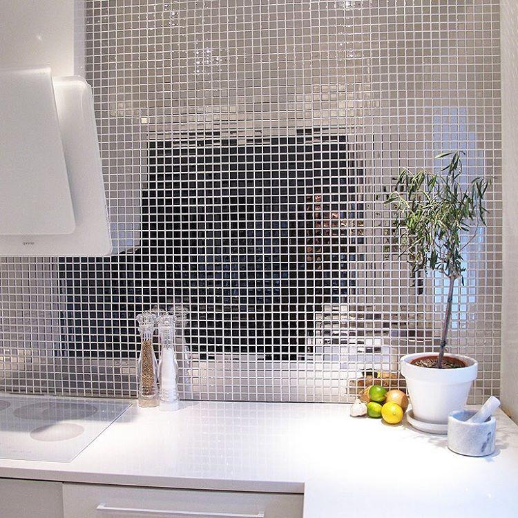 """""""Vågat och läckert att välja silvermosaik i köket. Sök på Sindahl på www.styleroom.se för att se fler bilder. #kök #mosaik #silver #styleroom"""""""