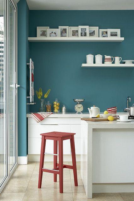 Türkise Wand, Weiße Akzente Wandfarbe Schlafzimmer, Wohnzimmer, Wandfarben,  Farbgestaltung, Wandfarbe Petrol